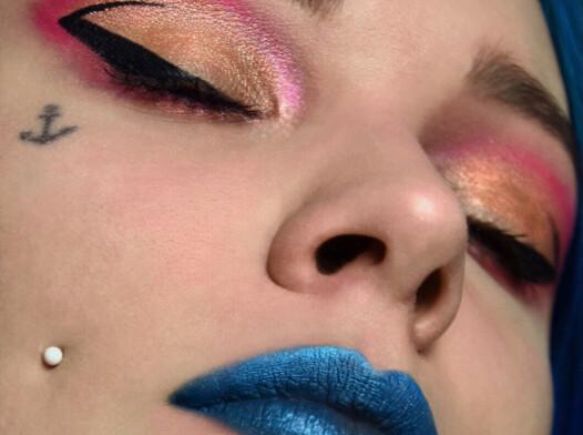 Makijaż niebieskie usta moda glamour